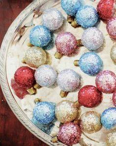 Karácsonyi dekoráció: A kiégett karácsonyi égőknek sem kell a kukában végezniük, ha van a háznál csillámpor. Egy átlátszó vázába, egy tálba vagy tálcára téve úgy is jól mutatnak, ha nem világítanak.