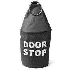 Duży, ciężki stoper do drzwi doskonale sprawdzi się podczas mocnych przeciągów.