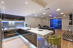 moderne küche hochglanz schwarz marmor unterbauleuchten