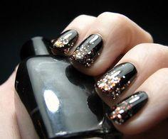 UÑAS GLAM: PUNTAS DORADAS. Las uñas, al igual que el maquillaje, son un accesorio más que puedes destacar. Decorarlas en las puntas las hace visualmente más largas y brillantes. En Mujer Paris te mostramos cómo lograr este espectacular look: http://www.mujerparis.cl/2013/04/unas-glam-puntas-doradas/