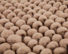 El modelo Advik, en color camel, está elaborado con lana pura procedente de Nueva Zelanda. Destaca por su suavidad y versatilidad. ¿Buscas la combinación perfecta de calidez, durabilidad y una textura suave y esponjosa? Este modelo tan especial te cautivará. Encantadora es la palabra usada por muchos para describirla, seguro que estás de acuerdo. http://www.sukhi.es/rectangulares-advik-alfombras-de-nudos-de-lana.html