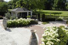 Stijlvolle tuin bij Notariswoning Rhoon » Hoveniersbedrijf Tim Kok Backyard Bar, Stepping Stones, Sidewalk, Outdoor Decor, Secret Gardens, Front Yards, Garden Ideas, Google, Blog