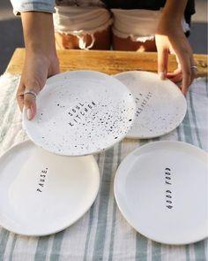 Вы хотели и мы сделали мастер-класс по «говорящим тарелкам»!👏🏻👏🏻 ⠀ Мк из двух занятий🙌🏻 На первом вы в пластовой технике сделаете 3 тарелки…