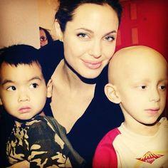 Angie visita a um hospital de crianças com câncer