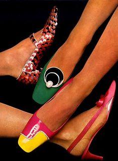Charles Jourdan : 1883-1976.Fabricante  de sapatos.  Em 1881,começou com  uma fábrica  de calçados na região do Drôme, na França. O negócio  prosperou,  principalmente  nas vendas de sapatos  femininos. Depois  da Segunda Guerra Mundial,  os três filhos de Jourdan uniram-se a ele e,em 1957,abriram uma butique  em Paris. Em 1959,a Dior concedeu à empresa a licença para desenhar e fabricar  os sapatos Dior. As criações de Jourdan são atualíssimas