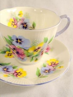 Love the yellow pansies! Vintage Royal Albert pansies fine bone china tea cup and saucer Vintage Cups, Shabby Vintage, Vintage China, Vintage Dishes, Shabby Chic, Bone China Tea Cups, Teapots And Cups, My Cup Of Tea, China Patterns