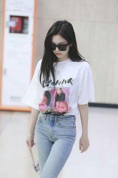 Get An Awesome Looking BlackPink Shirt Worn By Jennie. Show Your Support Of BlackPink with This Awesome BlackPink Shirt! Blackpink Fashion, Asian Fashion, Fashion Outfits, Blackpink Jennie, Moda Kpop, Blackpink Jisoo, Kpop Outfits, Airport Style, Shirt Shop