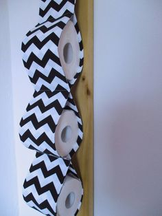 Zásobník+cikcak+Šitý+praktický+zásobník+na+toaletní+papír+zútulní+Vaše+WC+:-)+Zásobník+na+tři+role+je+ušit+ze+100+%+bavlny+.+Zavěšuje+se+pomocí+stuhy+na+vystuženém+tunýlku.+Barva-bílá.černá.+čv-17033