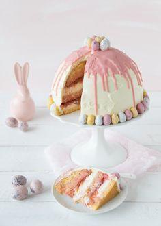Oster-Kuppeltorte mit Rhabarber und Erdbeeren