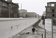 Die Berliner Mauer ist fast komplett aus dem Stadtbild verschwunden. Orte, an denen sie einst stand, im direkten Fotovergleich. Checkpoint Charlie, East Germany, Berlin Germany, St. Thomas, Berlin Hauptstadt, K Om, Berlin Wall, Photo Wall, Louvre