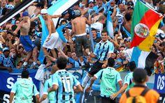 André Lima comemora gol contra o São Paulo com a avalanche da torcida do Grêmio (Foto: Lucas Uebel/TXT Assessoria)