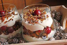 Lebkuchen-Kirsch Schichtdessert  200 g Lebkuchen 200 g Quark 250 g Sahne 1 Pck. Sahnesteif 1 TL Zimt 2 EL Grand-Marnier 1/2 Glas Sauerkirschen 125 ml Saft (Kirschsaft) 100 g Puderzucker Schokoladenraspel