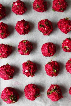 Ovnbagte falafler med rødbede. Farverige falafler der pynter på et hvert middagsbord. De er nemmeat lave, smager skønt i en salat, en wrap eller i en burger.Jeg elsker falafler, men vil til dagli…