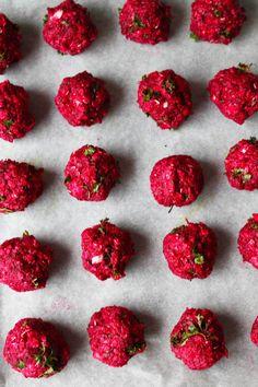 Ovnbagte falafler med rødbede. Farverige falafler der pynter på et hvert middagsbord. De er nemme at lave, smager skønt i en salat, en wrap eller i en burger. Jeg elsker falafler, men vil til dagli…