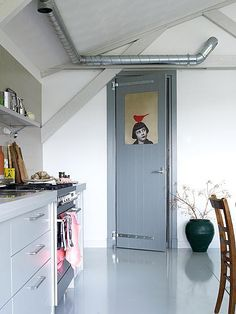 grijze-keuken-met-rode-vogel
