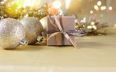 Indir duvar kağıdı altın Noel topları, Yeni Yıl, hediye kutuları, Noel