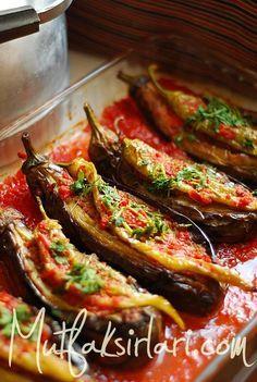 Karniyarik, Turkish egg plant and minced meat dish. One of the Best homemade dish. Turkish Recipes, Greek Recipes, Meat Recipes, Cooking Recipes, Middle East Food, Middle Eastern Recipes, Comida Armenia, Eggplant Recipes, Mets