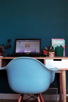 Opération bureau #2 le mur pétrole - Poulette Magique - blog DIY & déco… Diy Origami, Deco Design, Egg Chair, Decoration, Serein, Home Office, Corner Desk, Room, Furniture