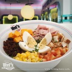 #Cobb #Salad. Sobre una selección de lechugas, tomate, queso cheddar, pollo,bacon, jamón cocido, maíz, huevo, todo en daditos para que lo mezcles con el aliño que elijas: aceite y vinagre, salsa rosa o mostaza dulce ;)