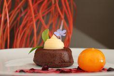 Bizcocho de chocolate con crema pastelera y licor de mandarina.