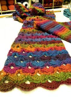 Gisteren mocht ik in onze winkel een sjaal fotograferen, gemaakt naar een patroon dat ik ooit eens heb geplaatst. Da's heel fijn, want het i...