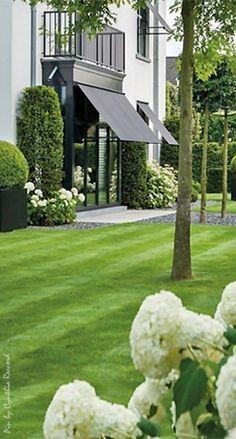 Elegant Belgian garden created by LudoDierckx landscape cynthia reccord Lieblings-Hinterhof-Schuppen , Atemberaubende Cottage Garden-Idee. Beautiful Gardens, Beautiful Homes, Dream Garden, Home And Garden, Outdoor Spaces, Outdoor Living, Garden Landscape Design, Landscape Designs, White Gardens
