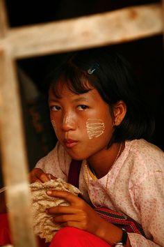 Girl+with+thanaka+make+up+eating,+Myanmar