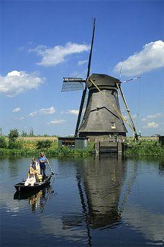 Moulin à vent, Kinderdijk, Pays-Bas Pays-Bas > Hollande méridionale Au sud d'Amsterdam, en bord de mer, les paysages plats sillonnés de canaux de la Hollande méridionale sont l'une des régions les plus densément peuplées du monde. On y trouve deux des plus grandes villes du pays : La Haye avec son charme provincial et Rotterdam, métropole portuaire et multiculturelle.