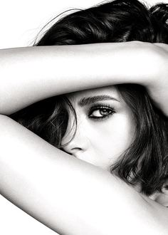 Kristen Stewart, photographed by Mario Testino for Chanel Beauty's Eye's Collection, 2016 Portrait Photography Poses, Photo Portrait, Photography Poses Women, Self Portrait Poses, Eye Photography, Beauty Portrait, Female Portrait, Mario Testino, Photo Oeil