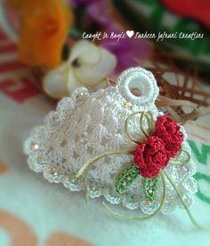 Risultati immagini per fridge croche Crochet Sachet, Crochet Potholders, Crochet Purses, Bead Crochet, Crochet Gifts, Crochet Motif, Crochet Earrings, Crochet Patterns, Accessoires Barbie