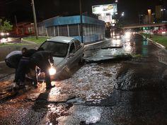 Carro cai em cratera aberta pela chuva em Bauru   Avenida Nações Unidas virou 'rio' em pouco mais de 10 minutos. Chuva da noite de quinta-feira (21) foi a mais intensa de março. http://mmanchete.blogspot.com.br/2013/03/carro-cai-em-cratera-aberta-pela-chuva.html#.UUyYRBw3uHg