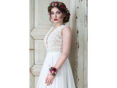 42a6247027ad Svatební šaty z bavlněné krajky s hlubokým výstřihem lehounké splývavé svatební  šaty krajkový živůtek ušitý z