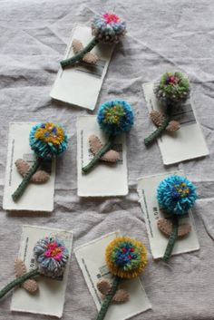 お花のブローチ樹なり Pom Pom Crafts, Flower Crafts, Yarn Crafts, Felt Crafts, Fabric Crafts, Art Textile, Textile Jewelry, Fabric Jewelry, Fabric Brooch