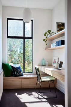 Contemporary home office design with tons of natural light and minimal furniture. #BiophilicDesign #Biophilia #InteriorDesignTrends #InteriorDesignTrends2019