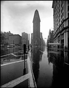by Elliott Erwitt Flat Iron Building, New York City, 1969 Via: howtoseewithoutacamera Source: snowce