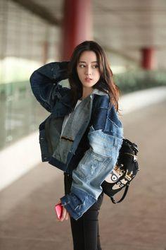 Dilraba (she looks a lot like Jisoo in many shots! Asian Cute, Beautiful Asian Girls, Beautiful People, Asian Celebrities, Ulzzang Korean Girl, Chinese Actress, Girl Photography Poses, Up Girl, Luhan