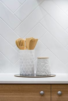 home accessories kitchen Timber cupboards and white tile splashback White Herringbone Tile, White Tiles, Herringbone Backsplash, Home Decor Kitchen, Kitchen Interior, Kitchen Splashback Tiles, Splashback Ideas, Timber Kitchen, Hamptons Kitchen