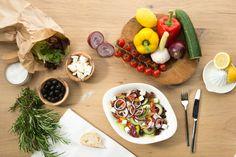 GRECO   Verschiedene Blattsalate, Kirschtomaten, Gurken, Paprika, schwarze Oliven, Feta, Zwiebeln und Knoblauchöl. Wir empfehlen dazu unser Balsamico-Dressing.