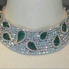 At @civetta_rossa from @christiesinc. Étourdissante, magnifique, sensationnel, quoi d'autre pour ce collier avec  émeraudes et diamants? What else?