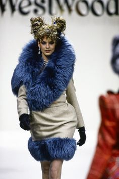 Andreas Kronthaler for Vivienne Westwood Fall 1994 Ready-to-Wear Fashion Show - Linda Evangelista Timeless Fashion, High Fashion, Fashion Show, Fashion Outfits, Fashion Styles, Couture Fashion, Runway Fashion, Expensive Clothes, Linda Evangelista