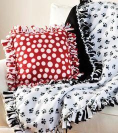 No-sew Throw & Pillow Fleece Crafts, Fleece Projects, Sewing Projects, Diy Projects, Sewing Ideas, Diy Crafts, No Sew Fleece Blanket, No Sew Blankets, Knot Blanket