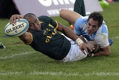 South Africa's Cornall Hendricks stretches to dot the ball down