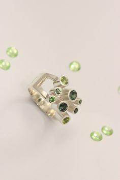 Scharnierring zilver met peridot, tourmalijn en synthetisch groen.