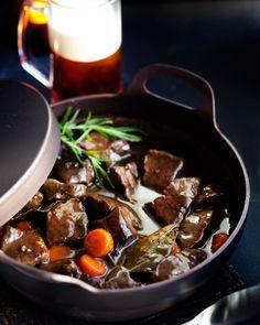 Lihapata tummaan olueen | Reseptit | Anna.fi Pork Recipes, Snack Recipes, Snacks, Good Food, Yummy Food, Crockpot, Food And Drink, Dinner, Cooking