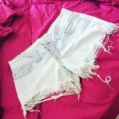 Todo mundo tem aquela peça de roupa que quer vestir novamente. A minha peça é esse short (quero vestir apenas por satisfação hj não usaria - tá velho o bichinho ). E vc? Também tem uma peça desejo?  Até o meio do ano ele entra.  número 38!  #projetopricilafit #vamossecar #secavaca30dias #teamlidianenutri #saudeemdia2016 #vemcomelas #meta #paleobrasil #paleolifestyle #lowcarb #semgluten #comidadeverdade by pricilafit