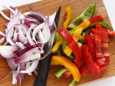 LA RICETTA PER DELLE PERFETTE FAJITAS 2/5- Sbucciate la cipolla e affettatela. Pulite i peperoni e tagliateli a listarelle piuttosto spesse.