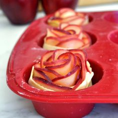 Ingredientes    Massa folhada Arosa cortada como uma fita de 25 cm  Maças vermelhas cortadas empétalascom casca  manteig...