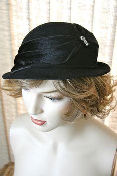 193357568de Vintage 1930s Delevan Ladies Felt Hat w  Brushed Velvet Fur Trim   Potmetal  Pin for Accent