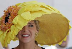 "Kentucky Derby ""the fastest two minutes in sports"", while ladies compete for the wildest hat . Il Kentucky Derby, una gara nella gara dove possiamo vedere i cappelli più impossibili ! Run For The Roses, Crazy Hats, Derby Day, Derby Time, Kentucky Derby Hats, Louisville Kentucky, Fancy Hats, Wearing A Hat, Love Hat"