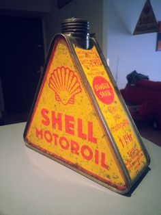 Vintage shell motor oil can Old Gas Pumps, Vintage Gas Pumps, Vintage Oil Cans, Vintage Tins, Filling Station, Shell Station, Pompe A Essence, Old Gas Stations, Vintage Packaging